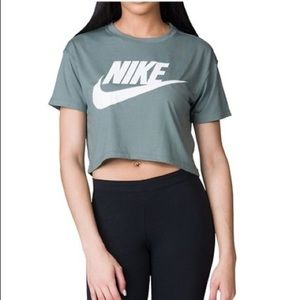 Nike Essential Cropped T Shirt • Like New